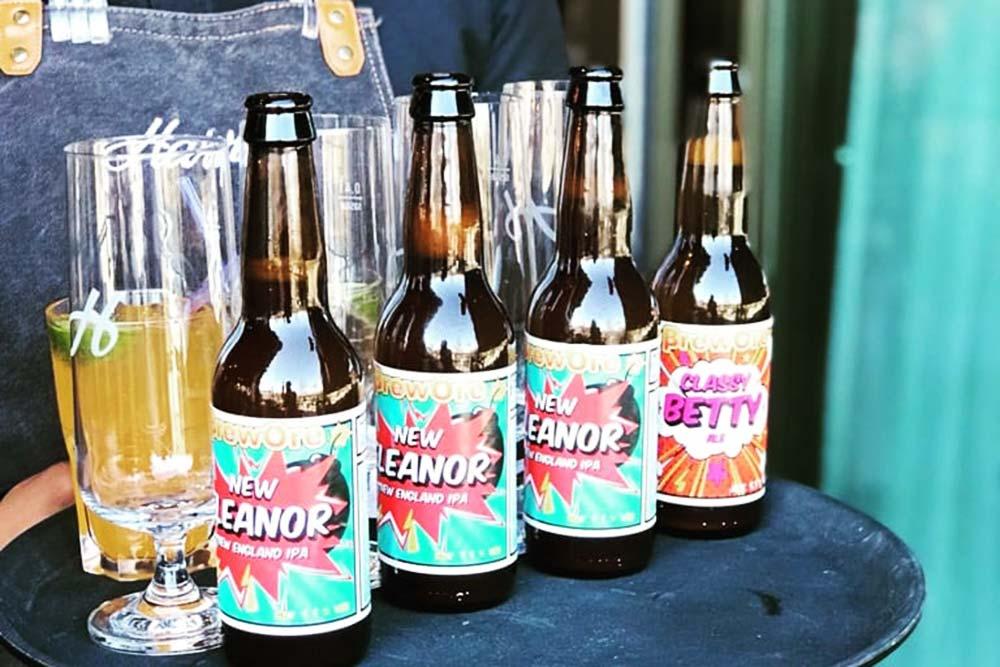 Ölflaskor på rad som bärs på en bricka.