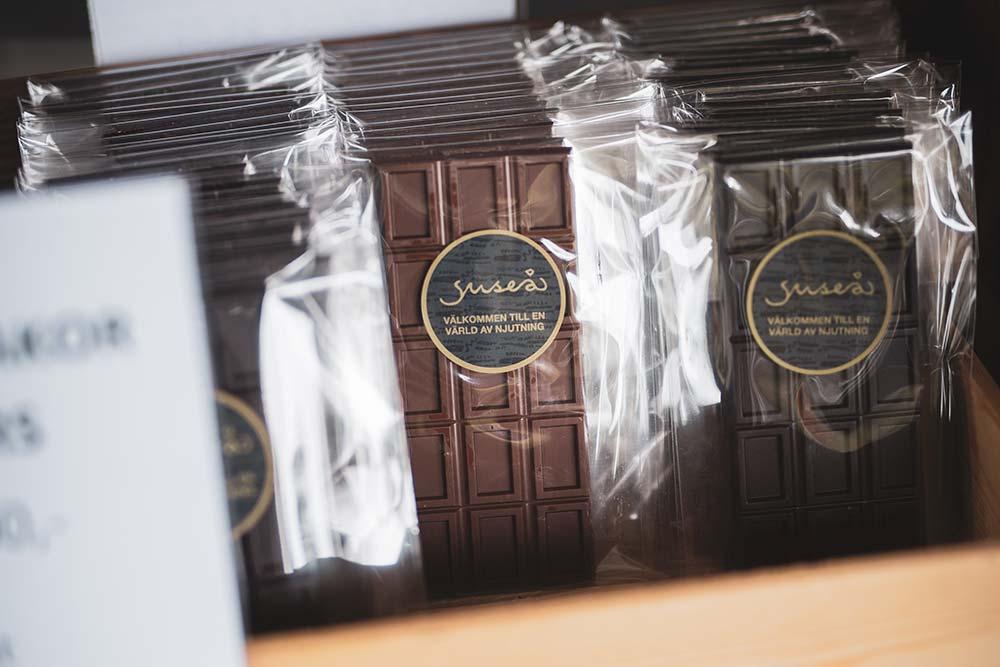 Chokladkakor i genomskinlig plastförpackning.
