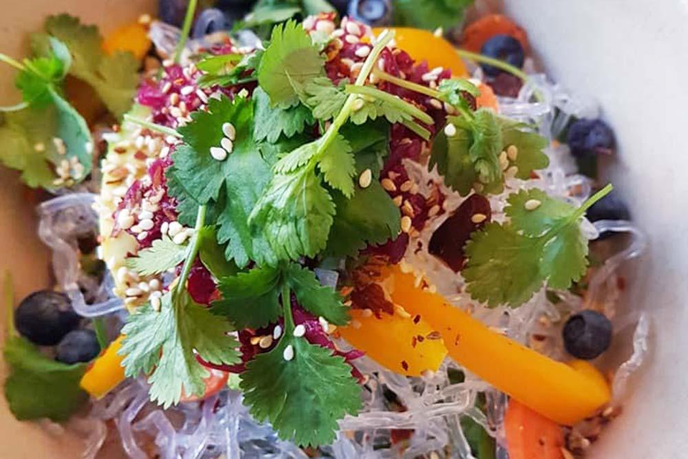 Vegetarisk lunch med glasnudlar och sallad.