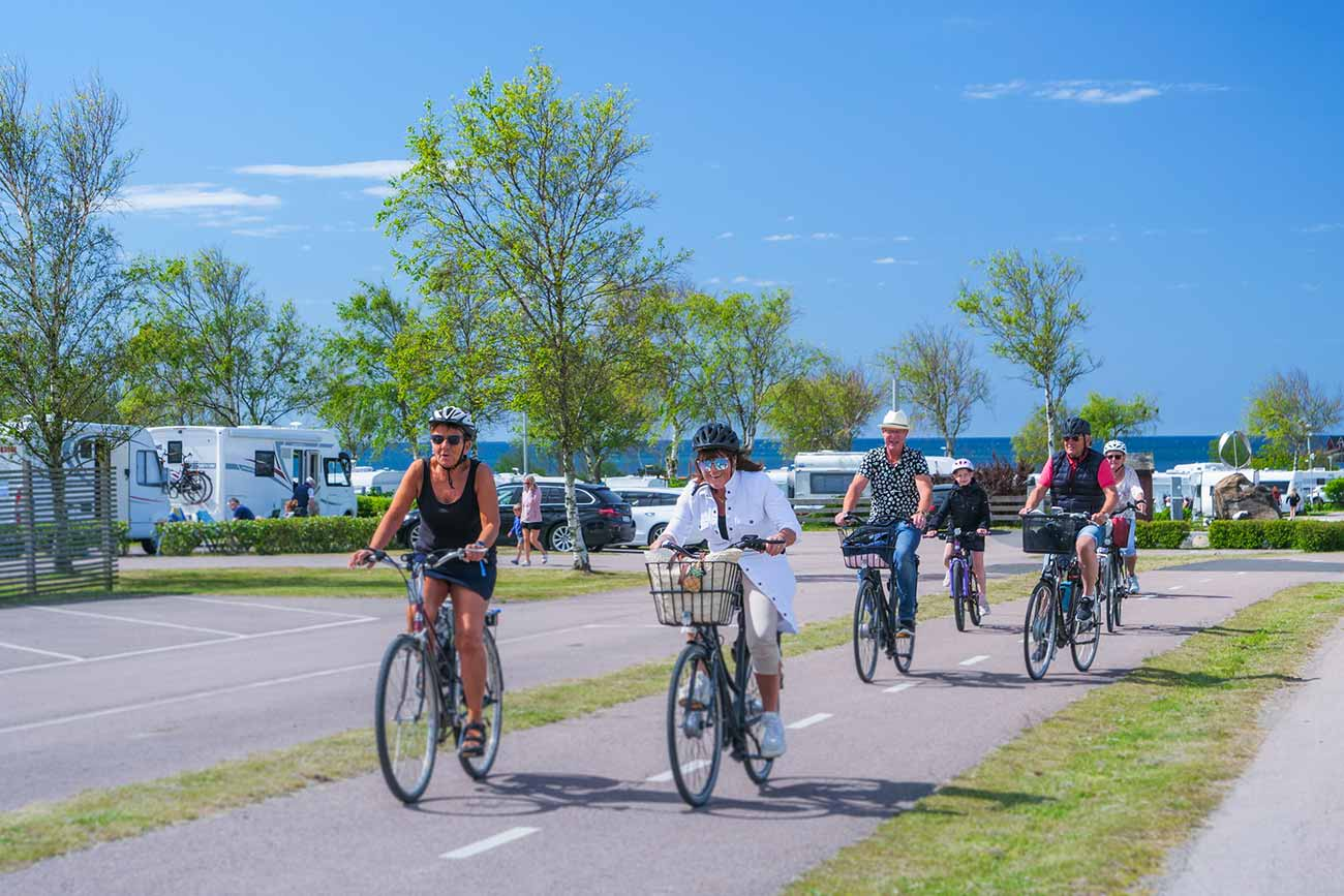 Gäng som cyklar förbi en camping