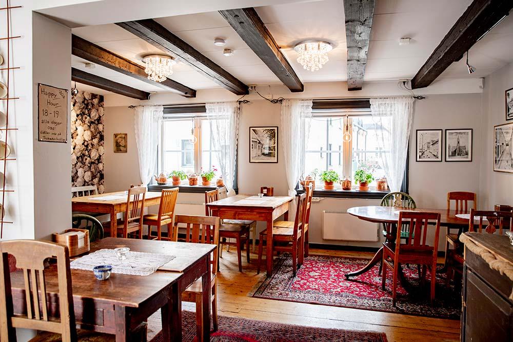 Interiör med bord och stolar.
